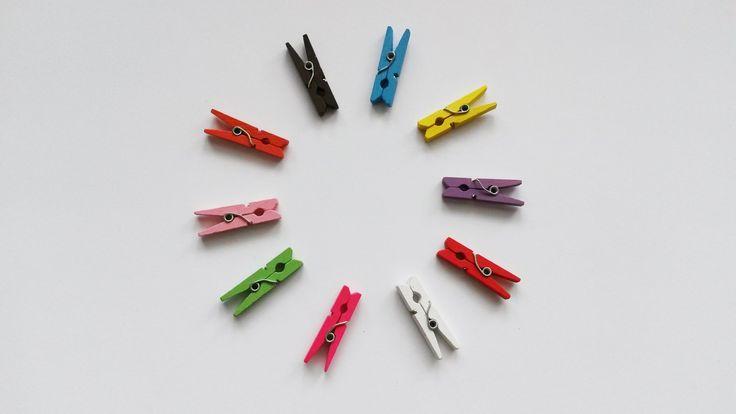 Balíček kolíčků (25 ks) Barevné dřevěné kolíčky. Délka 30 mm, šířka 8 mm, tloušťka 4 mm. Ideální pro ruční práce. Vhodné k aranžování a vytváření drobných dekorací. Kolíček můžete použít jako základ a přilepit na něj své vlastnoruční výrobky z modelovacích hmot, textilu, papíru apod. Mohou sloužit také například k přichycení obrázků nebo fotek ...