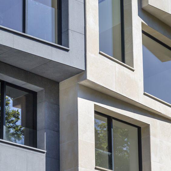 Deux hôtels particuliers contemporains ont été imaginés par l'architecte Vincent Eschalier. Le projet contraint par sa parcelle et ses règles de prospect associées joue avec la volumétrie de sa façade tout en s'intégrant à ses bâtiments voisins....