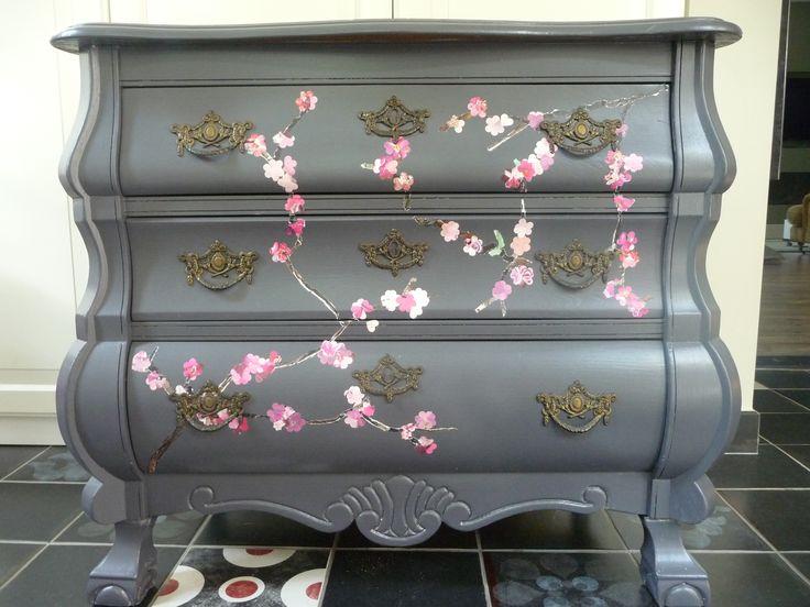 Buikkastje Grijs geverfd met kersen bloesem decoratie gemaakt van gescheurd papier. Prijs €200 Ladek...