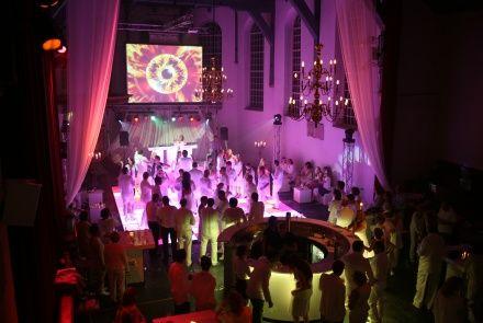 Buiksloterkerk - De kerk is multi inzetbaar. Voor een traditionele trouwceremonie, als trouw- en dinerlocatie maar ook als hippe trendy trouwfeestlocatie.
