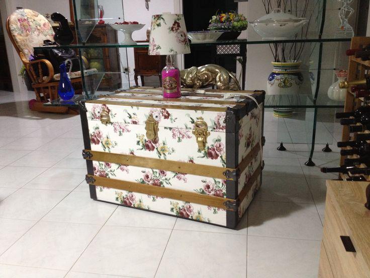 vecchia cassapanca rivestita con stoffa