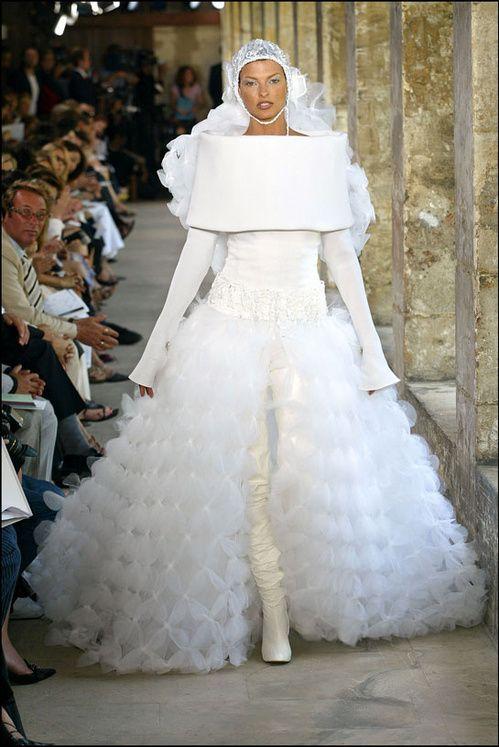 Linda Evangelista en robe de mariée lors du défilé Chanel haute couture automne-hiver 2002-2003