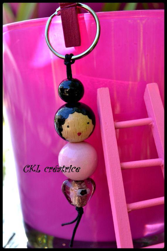 Porte-clés poupée perles bois rose/cœur.  Peut aussi être utilisé en bijoux…