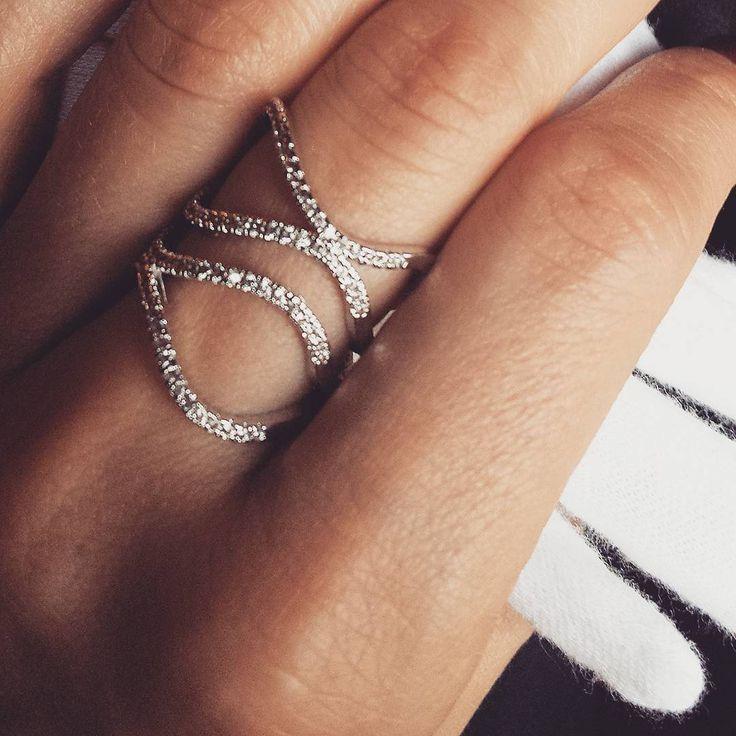 """""""Falujący"""" srebrny pierścionek z pięknymi cyrkoniami. Delikatny, a jednocześnie fantazyjny."""