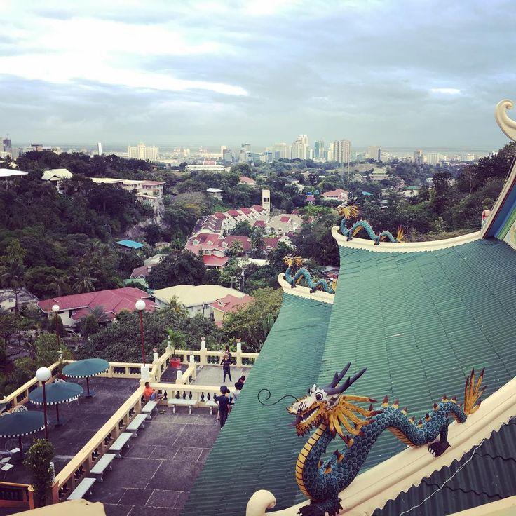 Вид на город Себу со смотровой площадки китайского храма на Филиппинах.  #себу #филиппины #храм #город #путешествие #cebu #philippines #city #temple #travel #traveller #セブ島  #セブ #フィリピン #町 #寺 #旅行 #旅行者
