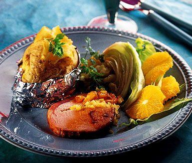 Kassler i ugn är mångas favorit. Detta recept är på en annorlunda variant där du fyller kassler med lök och äpple. Servera till vardag eller fest tillsammans med bakad potatis och en fräsch sallad.