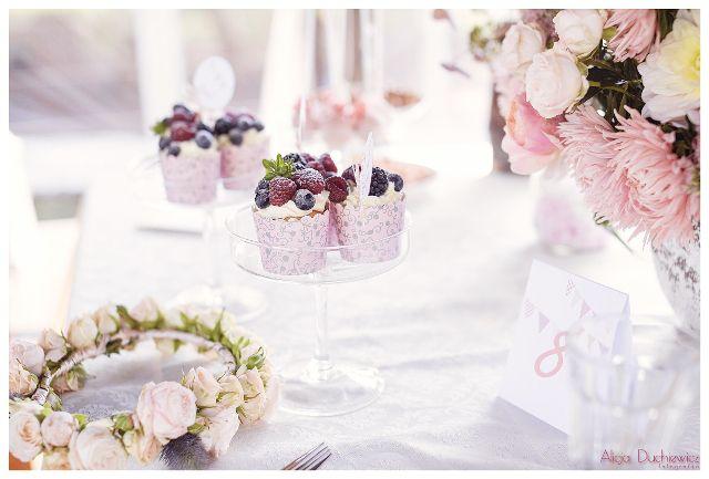 wianek, słodkości i bukiet na stole pary młodej