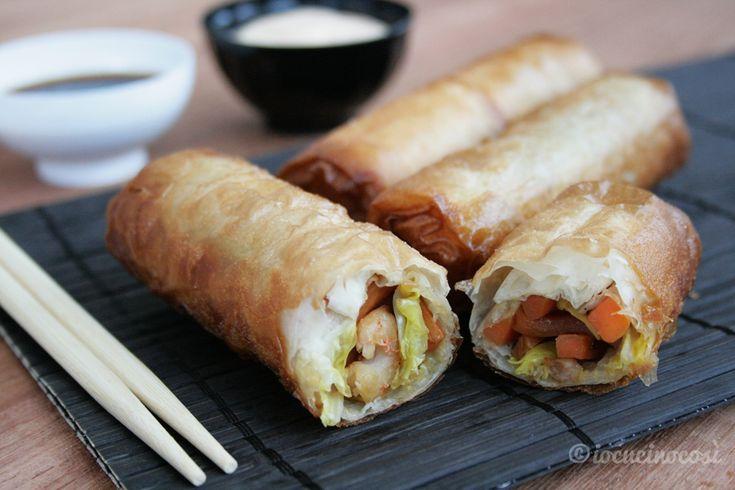 Gli involtini primavera sono un antipasto tipico della cucina cinese, con un ripieno di verza, carote, cipolla e gamberi.