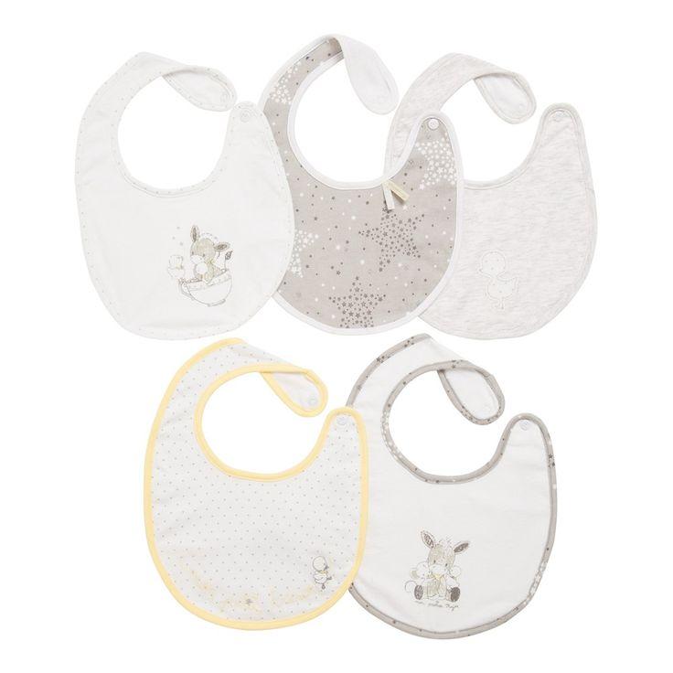 1, 2, 3, 4, 5 jolis bavoirs se succèdent jour après jour pour protéger les petits habits de bébé. En jersey tout doux, uni, chiné, étoilé, animé de drôles de petits animaux rêveurs, ils gardent bébé tout propre.