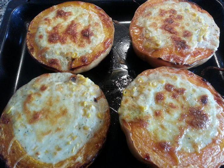 Calabazas al horno rellenas de bechamel con maíz dulce, por encima queso parmesano. Primero hornear las calabazas, cuando estén tiernas colocar el relleno y gratinar a horno fuerte. Servir el relleno con parte del la pulpa de la calabaza. Muy bueno!!  #pumpkin