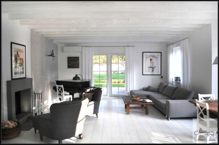 Salon z wygodnym wypoczynkiem i dużym stołęm