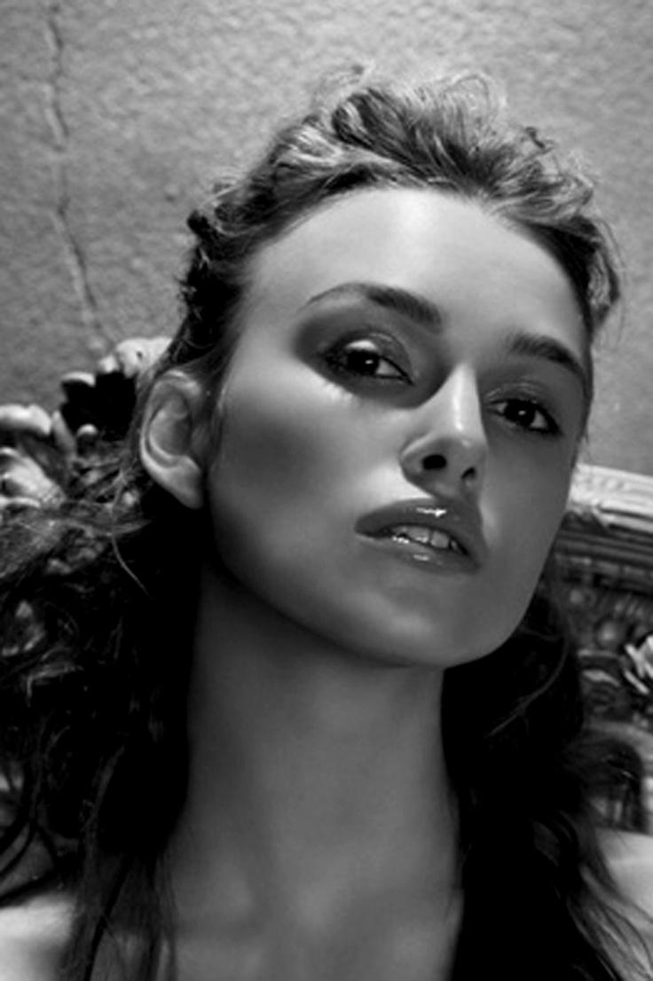 *-*Keira Knightley - Filmová herečka Keira Christina Knighteyová je anglická filmová a televízna herečka, nominovaná na Zlatý glóbus, Cenu BAFTA a Oscara. Wikipédia →Narodenie: 26. marca 1985 (vek 30), Teddington, Londýn, Spojené kráľovstvo →Výška: 1,70 m →Manžel: James Righton (od 2013) →Rodičia: Will Knightley, Sharman Macdonald →Súrodenci: Caleb Knightley