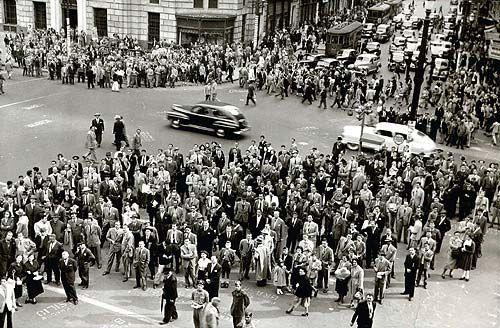 Multidão acompanha os resultados da apuração das eleições presidenciais, legislativas, estaduais e municipais de 1950, em tabuletas eleitorais das Folhas e rádio Excelsior no centro de São Paulo. Folha Imagem out 1950