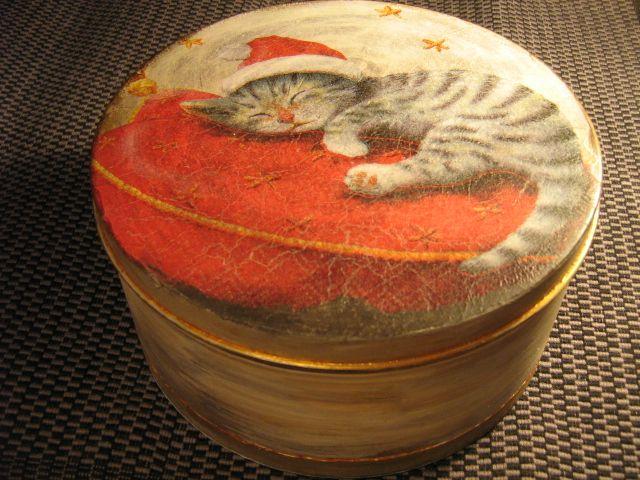 Metalowe pudełko na słodycze, ręcznie malowane i ozdabiane techniką decoupage.