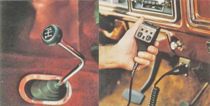 A la izquierda la palanca al piso de la caja manual de cuatro velocidades con sobre marcha que venía en forma opcional. Al lado el mando de la radio de banda ciudadana con 40 canales. Las fotografías fueron tomadas de un folleto de la empresa Ford Motor Company de julio de 1978.