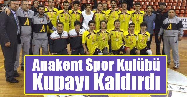 """<p>""""Spor Şehri Samsun"""" sloganıyla birçok spor alanına yatırım yapılan Samsun'da bu yatırımlar meyvelerini vermeye başladı. Yeni kurulan Samsun Büyükşehir Belediyesi Anakent Spor Kulünü ilk kupasını genç basketbol takımı sayesinde kaldırdı.</p>"""