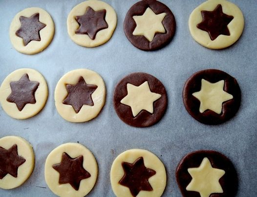 De jolis biscuits de Noël à offrir ou à accrocher dans le sapin. La recette vient du blog en italien Sweetie's home. Les...