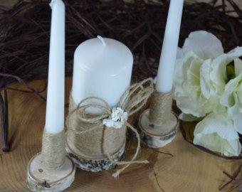 Estas velas de boda rústicos son perfectas para su rústico, boda casa de campo o ceremonia al aire libre. Las velas de la unidad son hermosamente envuelto con arpillera y encaje y adornadas con flores de papel.  La vela del Pilar es jazmín perfumado y medidas aprox. 5-1/2 Las velas cono miden aprox. 9-3/4  Encontrar los correspondientes vidrios boda champagne aquí https://www.etsy.com/listing/214902383  Y un servidor de la torta aquí www.etsy.com/listing/86298928  Si buscas una serie con…