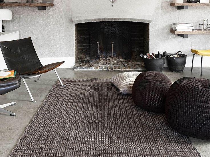 poltrona de couro, pufes de lã e malha e tapete de lã de alpaca