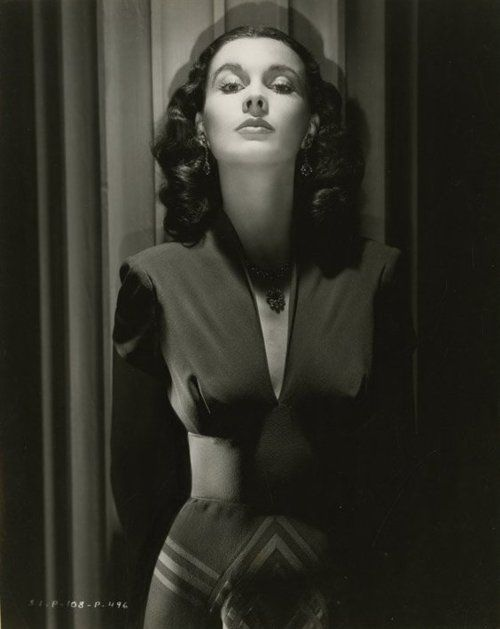 Vivien Leigh--what a classic woman. I just love the black and white film.