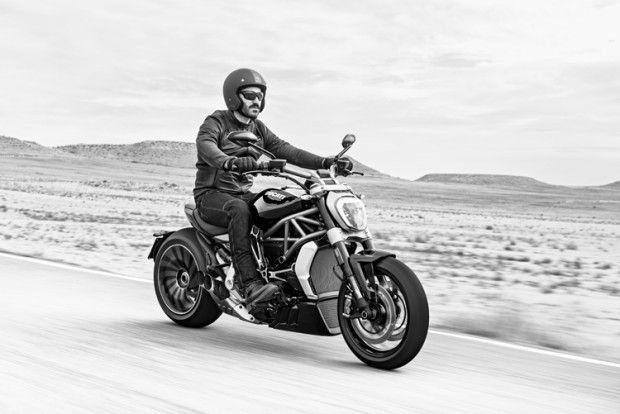 À l'occasion du Salon de la Moto de Milan, la marque italienne Ducati a présenté la petite dernière dans la famille Diavel, la XDiavel, un modèle surprenant pour un design unique.  En effet, on n'est pas vraiment habitué à ce genre de moto lorsque l'on parle de Ducati. Ce roadster transformé en cruiser a pour but de « donner du plaisir à basse vitesse ». Mais c'est bien pour son style et son apparence générale que ce modèle ne peut laisser indifférent. Les deux tuyères d'échappement côté...