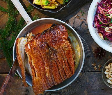 Fläskestek eller ribbestek är fläskstek med svålen kvar och passar utmärkt på julbordet. Gnid in steken runt om med kryddorna. Ribbesteken tar sin tid i ugnen men den krispiga ytan med sitt saftiga inre är värd sin väntan. Under tiden kan du förbereda övriga tillbehör till julmiddagen såsom brynt brysselkål och rödkål.