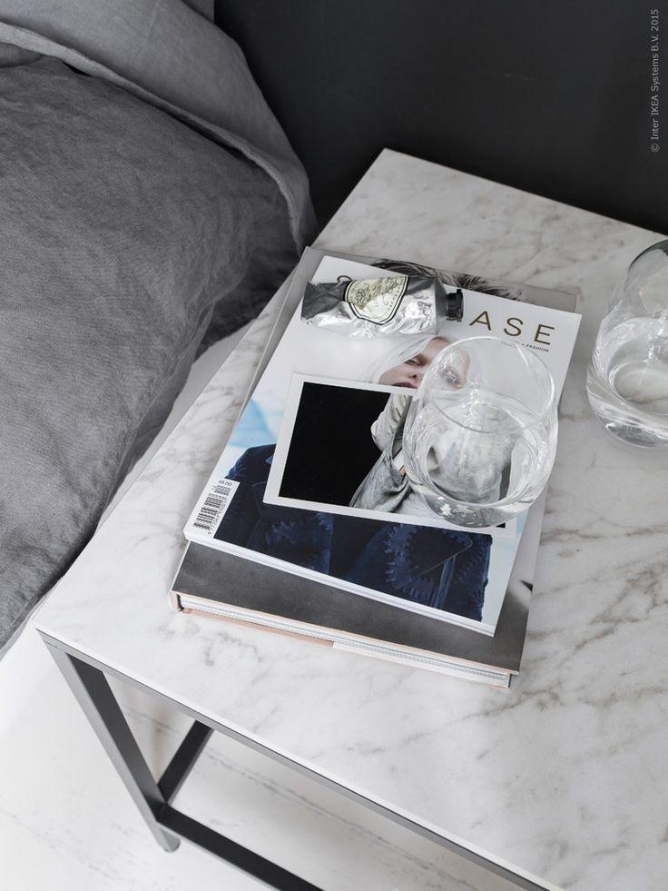 Marmorlook i bordsskivan tillför en exklusiv känsla till sovrumsinredningen. Snyggt mot de mörkgrå nyanserna på vägg och påslakan. IVRIG glas.