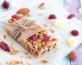 Barres de granola légères aux cranberries et fruits secs : http://www.fourchette-et-bikini.fr/recettes/recettes-minceur/barres-de-granola-legeres-aux-cranberries-et-fruits-secs.html