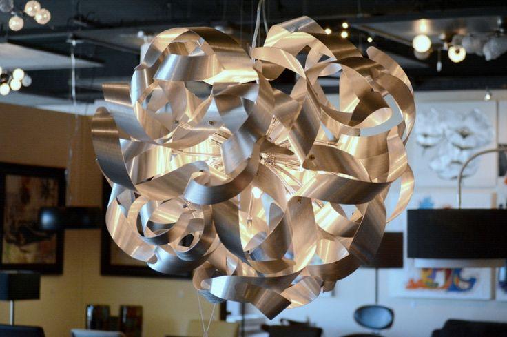 Artikel 82980 Een schitterende design hanglamp, voorzien van sfeervolle aluminium krullen. (geschuurd aluminium) Tussen de krullen zitten 12 sterke halogeen lampjes die zorgen voor een mooie reflectie van het licht op het aluminium. http://www.rietveldlicht.nl/artikel/hanglamp-82980-modern-design-aluminium-geschuurd_aluminium-rond