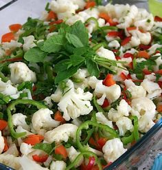 Karnabahar Salatası Malzemeler; -1 adet karnabahar -1 adet limon -2 adet havuç -5-6 dal taze soğan -2 adet kırmızı biber -2 adet yeşil biber -Yarım demet dereotu -Yarım demet maydanoz -Kornişon turşu -Mısır -1,5 limon suyu -1 fincan zeytinyağı -Tuz