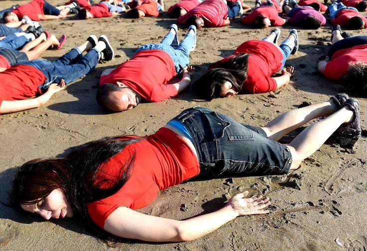 Des marocains rendent hommage au jeune Aylan Kurdi, décédé en voulant fuir la guerre en Syrie, sur la plage de Rabat, le 7 septembre.