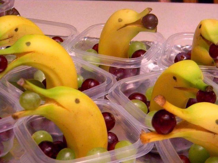 Zo leuk! Zo simpel. Halve bananen met druiven.   In een bakje los zoals op de foto. Of op een grote schaal.   Geen idee wie de maker/fotog...