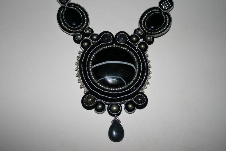 Χειροποίητο κολιέ με σουτάζ , καμπουσόν αχάτη μαύρο , χάντρες toho , superduo , πέρλες swarovski και δάκρυ αχάτη. Handmade necklace with soutache , cabocon black agate ,beads toho,superduo, perles swarovski and drop agate.