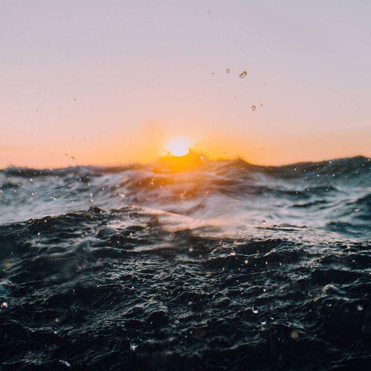 Idealny moment. Tak jak w fotografi liczy się odpowiednia chwila żeby zrobić piękne zdjęcie to w surfingu ten idealny moment otrzymuje się gdy prędkość twojego wiosłowania zrównuje się z prędkością nadchodzącej fali a do tego dochodzi punkt pierwszego załamania gdzie fala ma najwięcej energii - #surf #grancanaria #laspalmas #ocean #beach #surflife #mountains #traveller #budget #lowcost #trips #activewear #restube #surfwyjazdy #polskisurfer #csfconcept #polskihostel #surftraining…