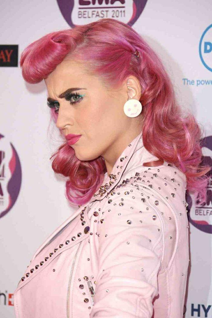 Katy Perry mit rockabilly-gestylte Rosafarbene Haare-locken
