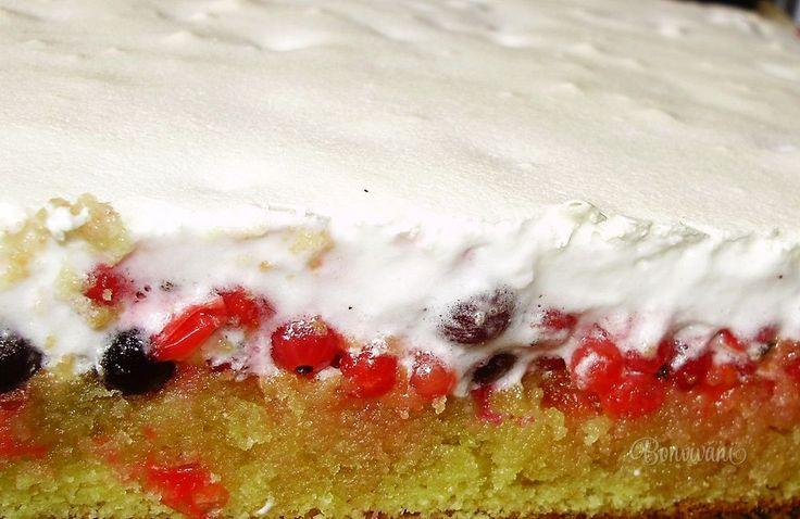 Celý rok som čakala na čerstvé ríbezle, aby som mohla upiecť tento fantastický ríbezľový koláč od kamarátky Jarky Pavlišinovej. Na žiaden recept som toľkokrát nechodila pozerať, ako na tento. Dnes som ho konečne upiekla a s jej zvolením sem recept pridávam.