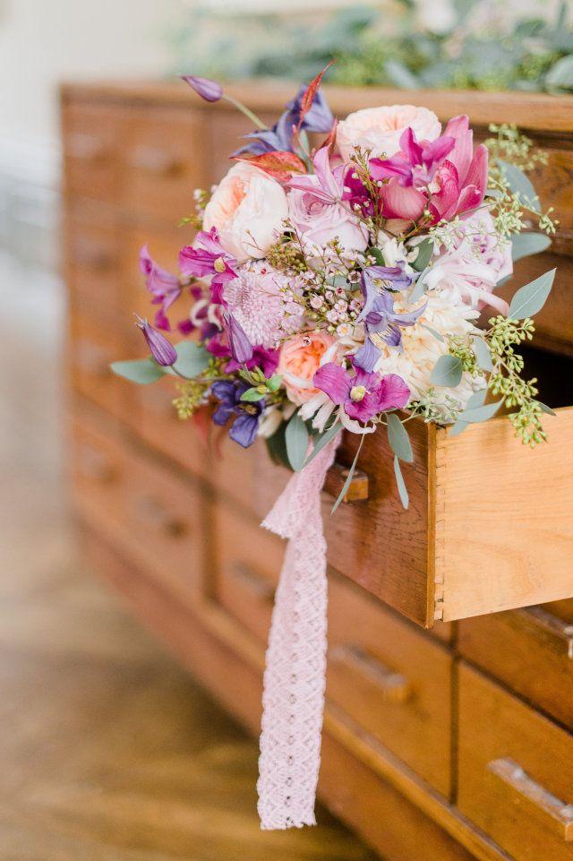 Mooie kleuren... lekker wild.     #trouwen #huwelijk #trouwdag #inspiratie Bruidsboeket voor de lente | ThePerfectWedding.nl | Fotografie: Alexandra Vonk