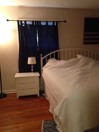 Это моя комната. В комнате, у меня есть белой кровати, синие занавески, белые лампы, и белый комод.