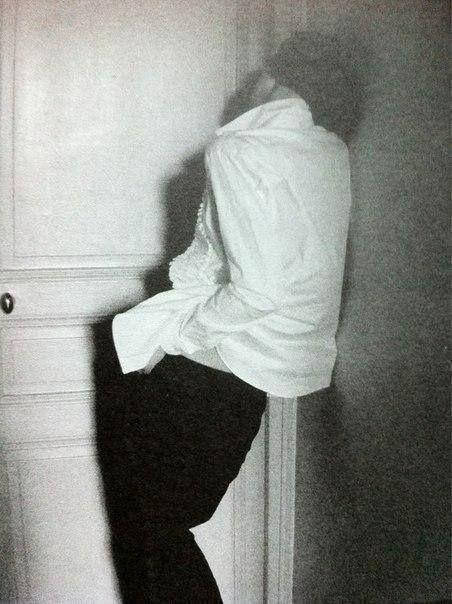 Александр Блок  Я медленно сходил с ума У двери той, которой жажду. Весенний день сменяла тьма И только разжигала жажду.  Я плакал, страстью утомясь, И стоны заглушал угрюмо. Уже двоилась, шевелясь, Безумная, больная дума.  И проникала в тишину Моей души, уже безумной, И залила мою весну Волною черной и бесшумной.  Весенний день сменяла тьма, Хладело сердце над могилой. Я медленно сходил с ума, Я думал холодно о милой.