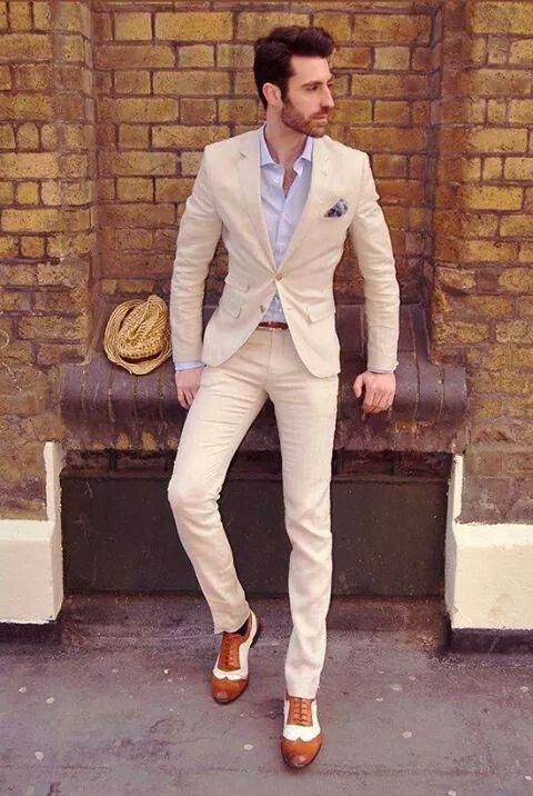 Hombre en traje beige elegante  830b0ee3b67