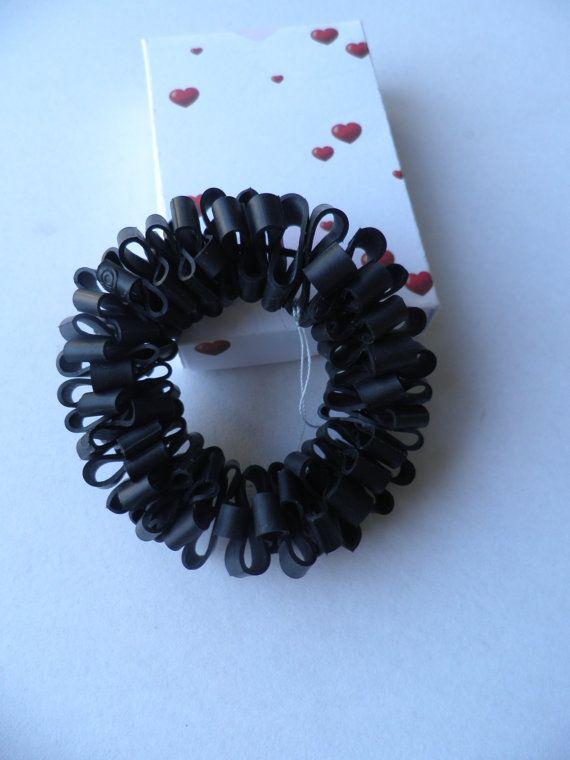 Zwarte armband.Het is een rubbere armband met van assieshop op Etsy
