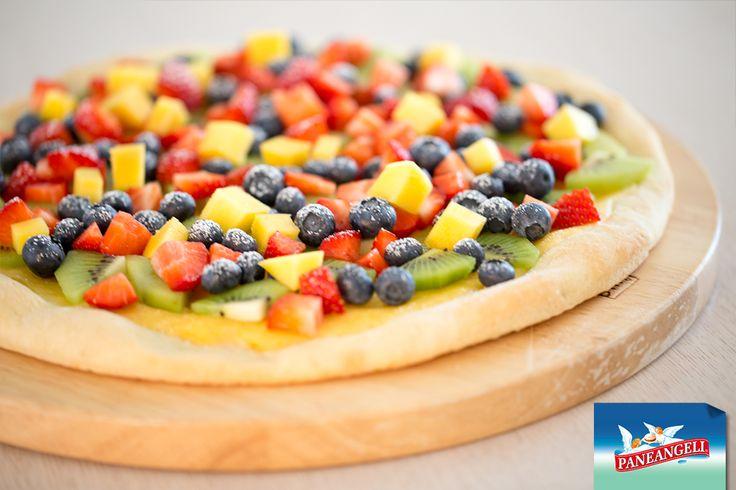 Pizza dolce con frutta fresca