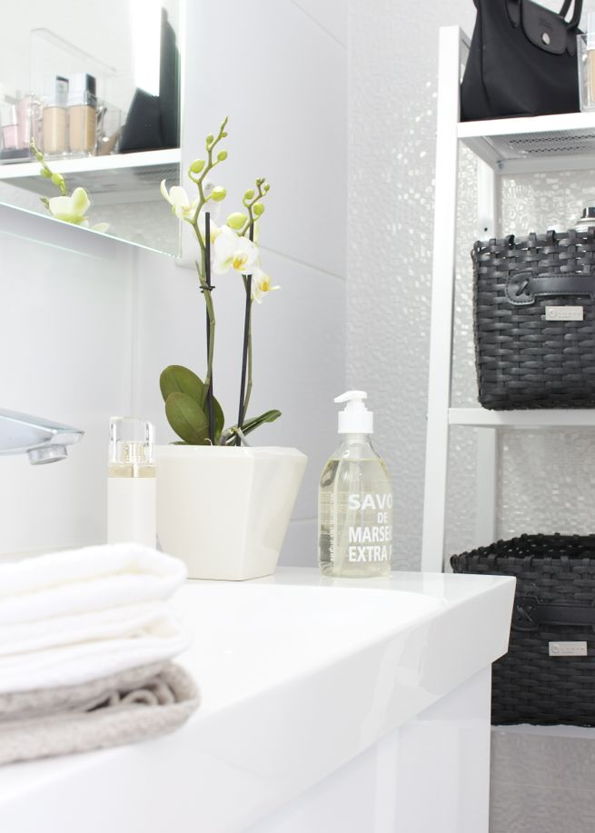 #Looking for some creative bathroom décor ideas for your renovation project - Black & White ... http://www.myrenovationmagazine.com