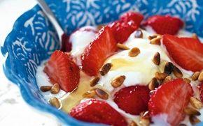 Jogurttia, mansikoita ja hunajaa / Yogurt, strawberries and honey