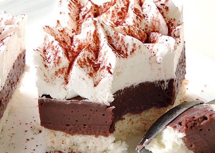 Lahodné krémové řezy s čokoládovým krémem a kakaovým základem. Vrch s bohatou šlehačkou.