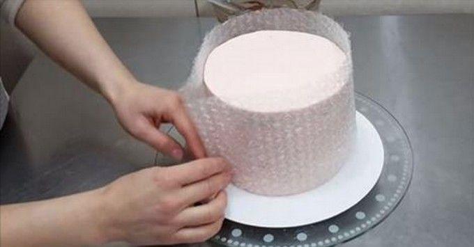 Perfektní nápad jak ozdobit dort čokoládou pomocí bublinkové fólie