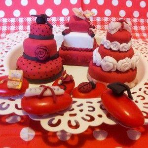 Degree mini cake and confetti Confetti e tortine in pasta di zucchero per laurea