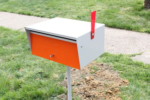 super cool modern mailbox... from BoxDesignUSA.com, a USA distributor of modern powder-coated aluminum letterboxes from New Zealand. Read more at Design Milk: http://design-milk.com/installing-a-modern-mailbox/#ixzz1vk0qd7QL