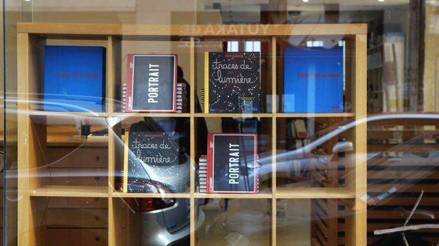 Joël Ducorroy est un collectionneur de mots qui joue avec l'art, qualifié d'humoriste néo-conceptuel. Il a trouvé un truc : « le truc c'est le style » pour lequel il suffit de savoir lire pour comprendre. Il a adopté la dé- nomination d'artiste plaquetitien qu'un ami de Raymond Hains, Jean-Claude Lange lui a suggéré. En 1980, il rencontre Serge Gainsbourg et se livre avec lui à une brève facétie verbale : «Et cœtera c'est adéquat». Pour commémorer cet événement, il fait alors inscrire cette…