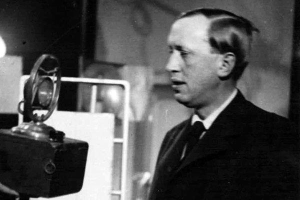 Karel Čapek se nerad fotografoval a vůbec veřejně vystupoval. A tím pádem nechtěl ani hovořit v rozhlase, před mikrofonem stál jen vzácně. Napsal ale řadu textů, které pak četli profesionální spíkři. Mezi nimi i jeho žena Olga Scheinpflugová-Foto:Archivní a programové fondy Českého rozhlasu
